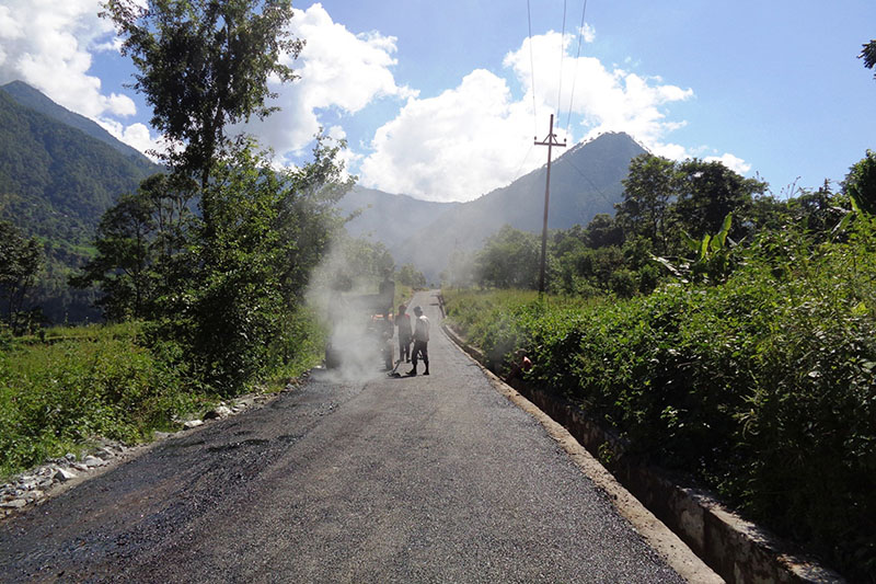 Division Road Office Baglung  tarmacking 17 km long Ratnechaur section of Baglung-Beni Road, on October 4, 2016. Photo: RSS
