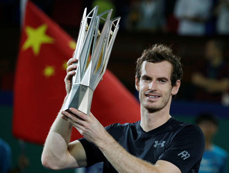 Murray holds the trophy after winning tournament. Photo: Reuters