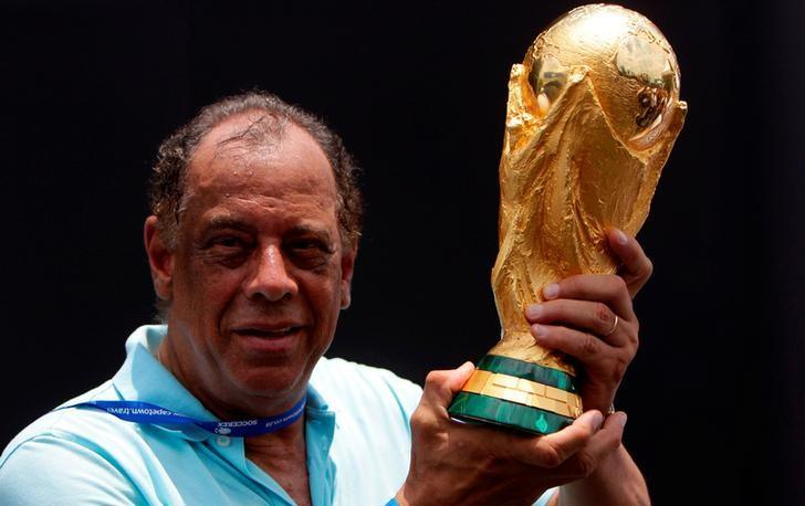 Former Brazilian soccer captain Carlos Alberto Torres holds the 2014 FIFA World Cup Brazil trophy during its unveiling ceremony at a Soccerex event at Copacabana beach in Rio de Janeiro, November 21, 2010.  REUTERS/Bruno Domingos/File Photo