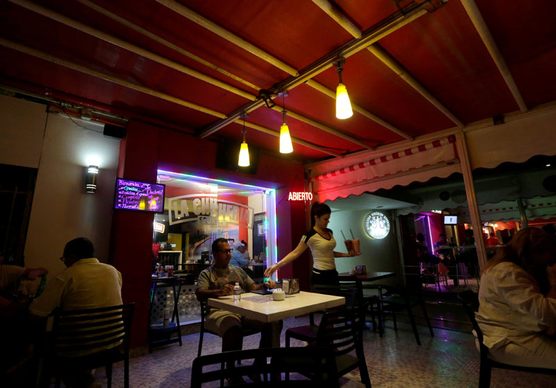 People eat at a private restaurant in Havana, Cuba, on October 13, 2016. Photo: Reuters