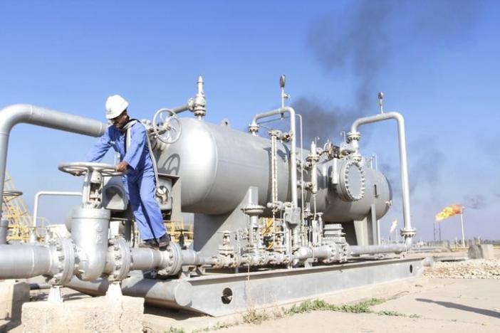A worker checks the valve of an oil pipe at Nahr Bin Umar oil field, north of Basra, Iraq December 21, 2015. REUTERS/Essam Al-Sudani