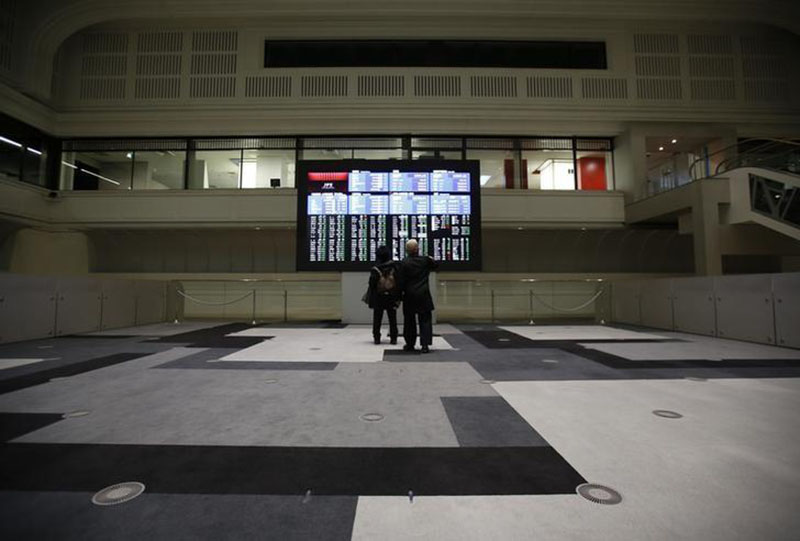 Visitors looks at an electronic board showing the Japan's Nikkei average at the Tokyo Stock Exchange (TSE) in Tokyo, Japan, on February 9, 2016. Photo: Reuters