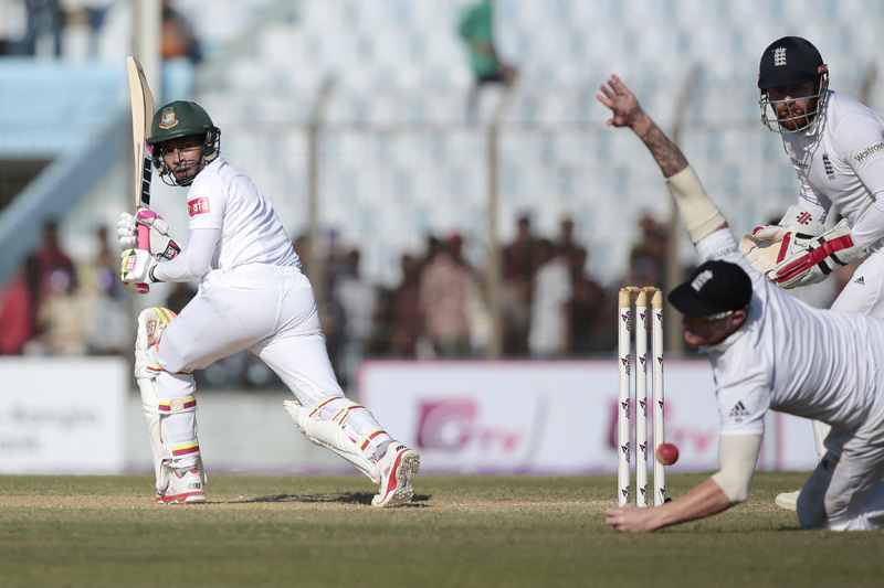 Bangladesh's test cricket team captain Mushfiqur Rahim, left, plays a shot, as England's Ben Stokes, center, fields during the second day of their first cricket test match in Chittagong, Bangladesh, Friday, Oct. 21, 2016. Photo: AP