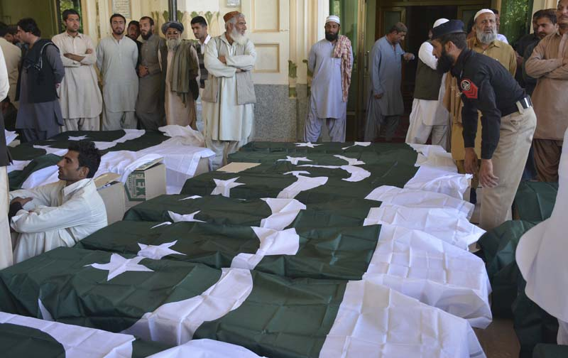 People wait to carry the bodies of their family members who died in an attack on the Police Training Academy, in Quetta, Pakistan, on Tuesday, October 25, 2016. Photo: AP