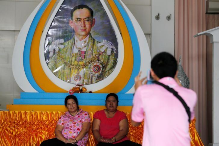 Well-wishers wear pose for a photograph in front of a picture of Thailand's King Bhumibol Adulyadej at Siriraj Hospital in Bangkok, Thailand, October 11, 2016.   REUTERS/Chaiwat Subprasom