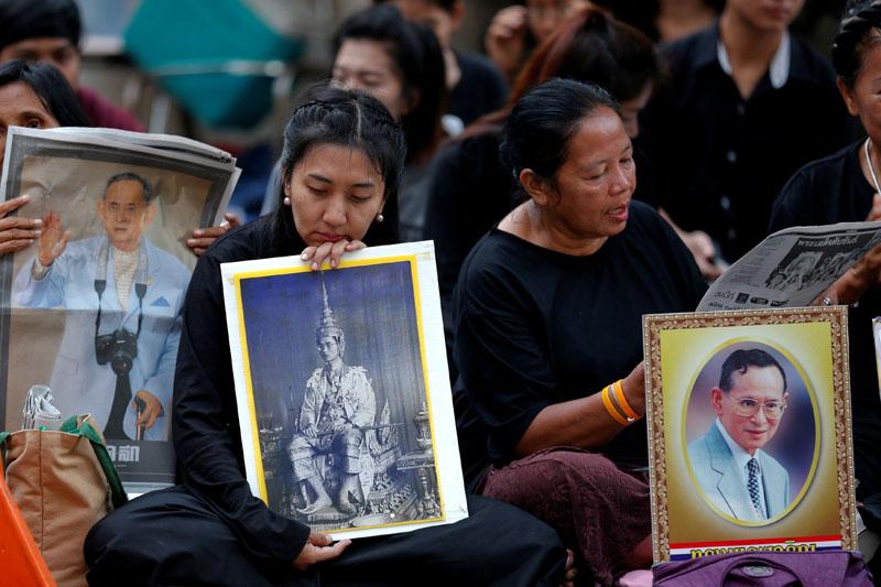 People hold portraits of Thailand's late King Bhumibol Adulyadej at the Siriraj hospital in Bangkok, Thailand, on October 14, 2016. Photo: Reuters