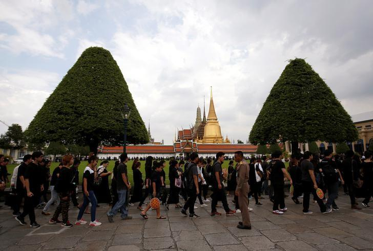 Mourners line up to enter the Grand Palace to pay respect to Thailand's late King Bhumibol Adulyadej in Bangkok, Thailand October 15, 2016.  REUTERS/Issei Kato
