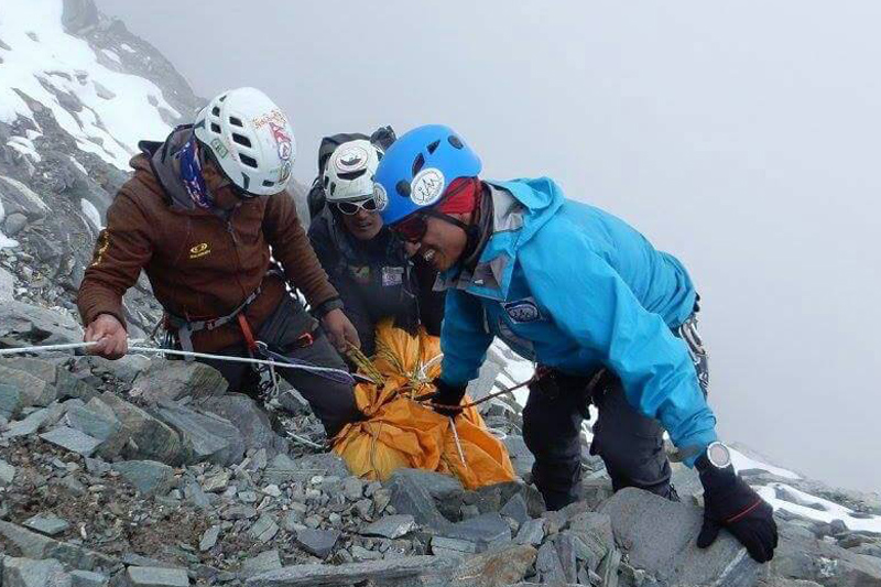 Rescuers recovering the body of Ang Chhongba Sherpa from the Lobuche East on Wednesday, October 12, 2016. Photo: Pemba Jangbu Sherpa