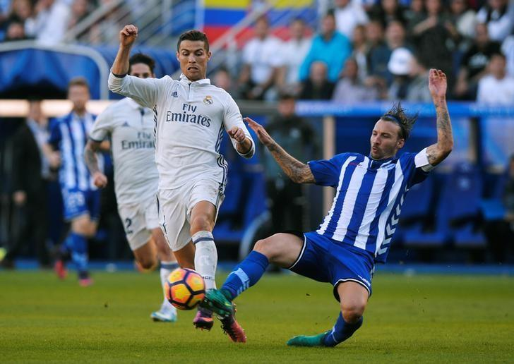 Football Soccer - Alaves v Real Madrid - Spanish Liga BBVA - Mendizorroza, Vitoria, Spain - 29/10/16 Deportivo Alaves' Alexis Ruano in action with Real Madrid's Cristiano Ronaldo (L). REUTERS/Vincent West