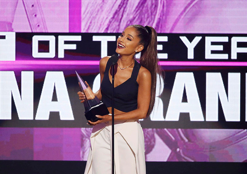 Ariana Grande accepts the award for artist of the year at the 2016 American Music Awards in Los Angeles, California, US on Sunday, November 20, 2016. Photo: REUTERS