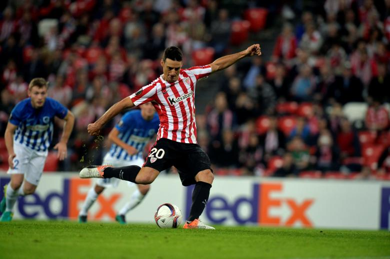 Football Soccer - Athletic Bilbao v KRC Genk - UEFA Europa League group stage - Group F - San Mames, Bilbao, Spain - 03/11/16 Athletic Bilbao's Aritz Aduriz takes a penalty REUTERS/Vincent West