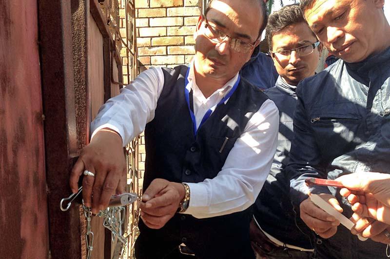 Authorities seal a building belonging to Bhatbhateni Hyper Market Pvt Ltd near Radhe Radhe in Madhyapur Thimi, on Tuesday, November 8, 2016. Photo: RSS