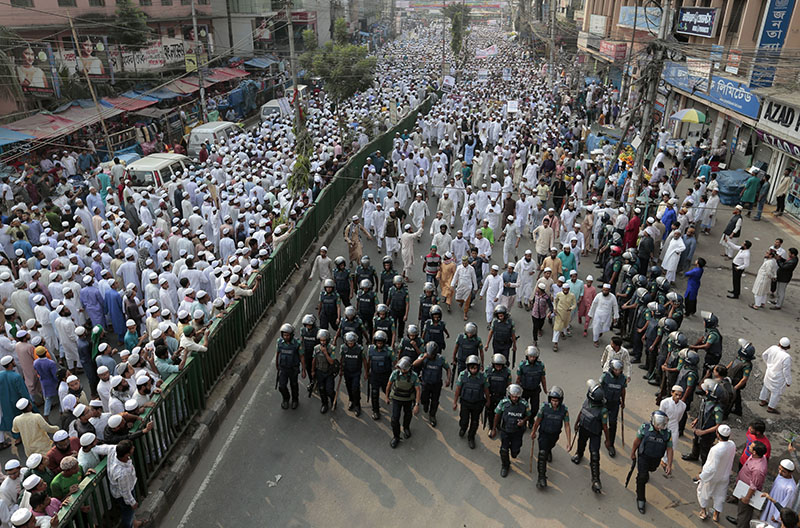Bangladeshi activists of several Islamist political parties attend a protest rally against the persecution of Rohingya Muslims in Myanmar, after Friday prayers in Dhaka, Bangladesh, November 25, 2016. Photo: AP