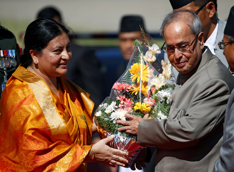 Nepali President Bidya Devi Bhandari presents a bouquet to her Indian counterpart Pranab Mukherjee upon his arrival at the Tribhuvan International Airport in Kathmandu, Nepal November 2, 2016. Photo: Reuters
