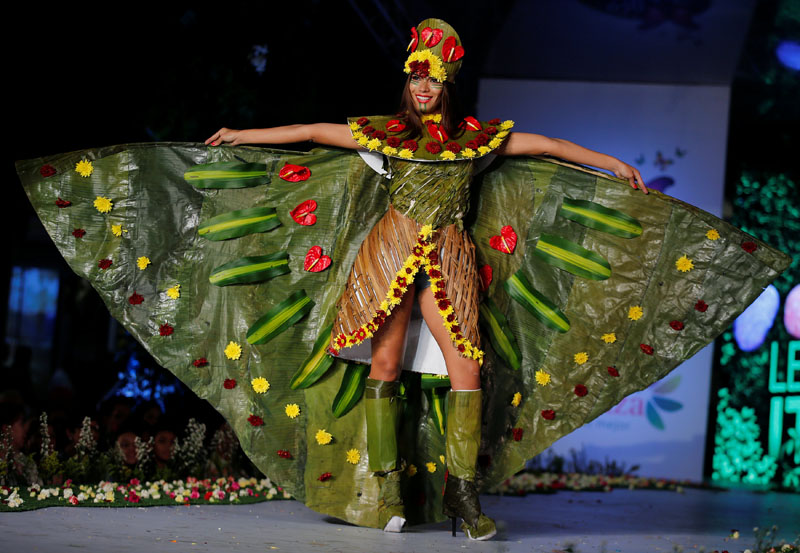 A model presents a creation during the Biofashion show, which features designs made from plants, recycled and natural materials, in Cali, Colombia, on November 19, 2016. Photo: Reuters