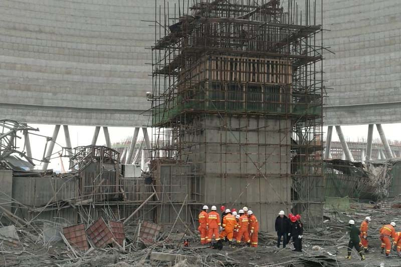 Rescue workers search the site where a power plant's cooling tower under construction collapsed, in Fengcheng, Jiangxi province, China, on Thursday, November 24, 2016. Photo: Reuters