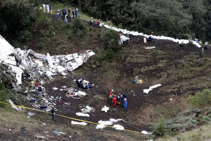 Rescue crew work at the wreckage of a plane that crashed into the Colombian jungle with Brazilian soccer team Chapecoense near Medellin, Colombia, on Tuesday, November 29, 2016. Photo: Reuters