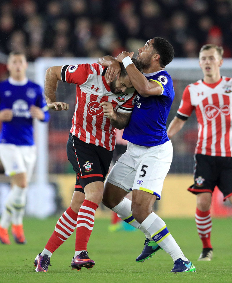Southampton's Charlie Austin (left) and Everton's Ashley Williams (right) battle for the ball during the Premier League football match between Southampton and Everton at St Mary's Stadium, Southampton, England, on Sunday, November 27, 2016.  Photo: Adam Davy/PA via AP