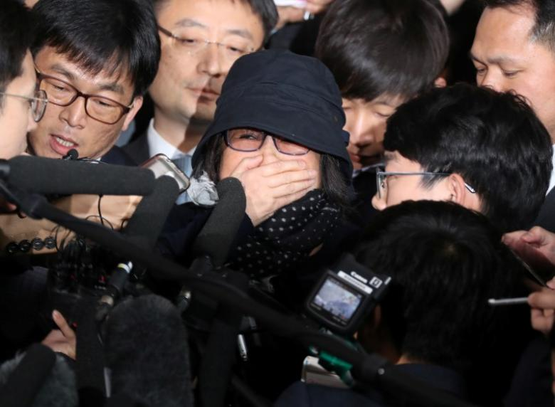 Choi Soon-sil (C), who is involved in a political scandal, reacts as she is surrounded by the media upon her arrival at a prosecutor's office in Seoul, South Korea, October 31, 2016.    Seo Myeong-gon/Yonhap via REUTERS
