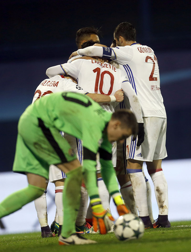 Zagreb's goalkeeper Dominik Livakovic picks up the ball while Lyon players celebrate the opening goal during the Champions League group H soccer match between Dinamo Zagreb and Olympique Lyonnais at Maksimir stadium in Zagreb, Croatia, on Tuesday, November 22, 2016. Photo: AP
