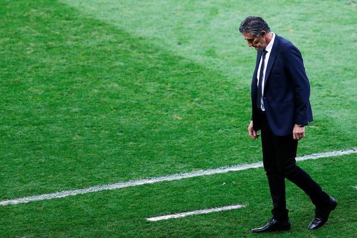 Football Soccer - Brazil v Argentina - World Cup 2018 Qualifiers - Mineirao stadium, Belo Horizonte, Brazil - 10/11/16 - Argentina's head coach Edgardo Bauza reacts. REUTERS/Ricardo Moraes