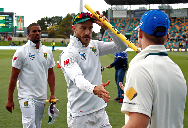 South Africa's Vernon Philander (L) watches as team captain Faf du Plessis shakes Australia's captain Steve Smith's hand after the match. Photo: Reuters