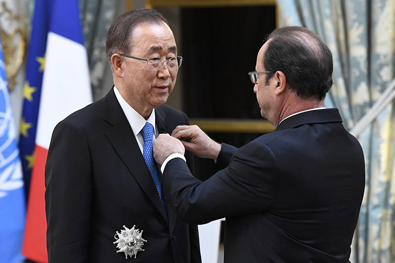 French President Francois Hollande (right) awards the Legion of Honour (Legion d'Honneur) to UN Secretary General Ban Ki-moon at the Elysee Palace in Paris, France, on November 17, 2016. Photo: Reuters