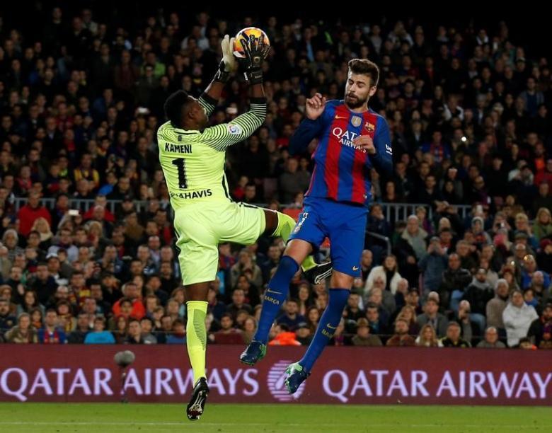 Football Soccer - Barcelona v Malaga - Spanish La Liga Santander - Camp Nou stadium, Barcelona, Spain - 19/11/16. Barcelona's Gerard Pique and Malaga's goalkeeper Carlos Kameni in action. REUTERS/Albert Gea