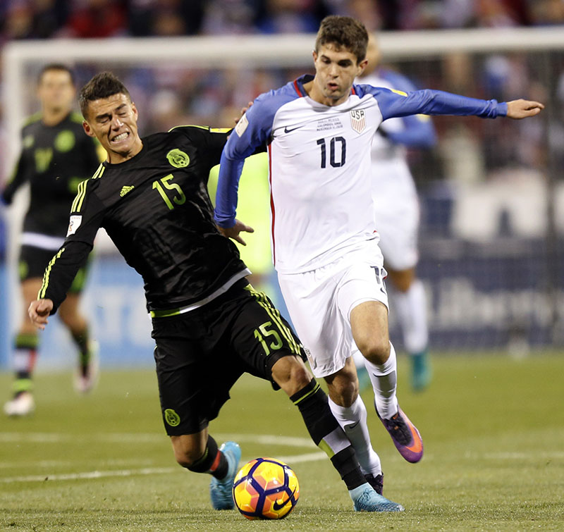 Mexico's Hector Moreno (left) and United States' Christian Pulisic chase a loose ball during the first half of a World Cup qualifying soccer match, on Friday, November 11, 2016, in Columbus, Ohio. Photo: AP