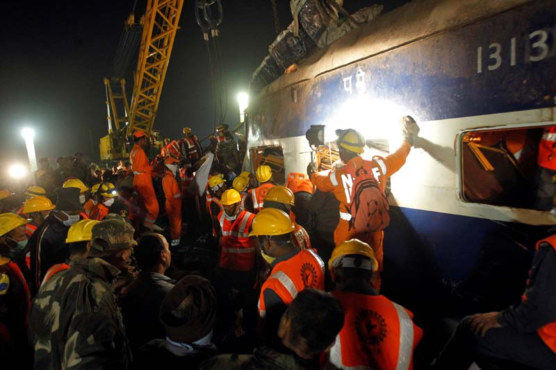 Rescue workers search for survivors at the site of a train derailment in Pukhrayan, south of Kanpur city, India, on Sunday, November 20, 2016. Photo: Reuters