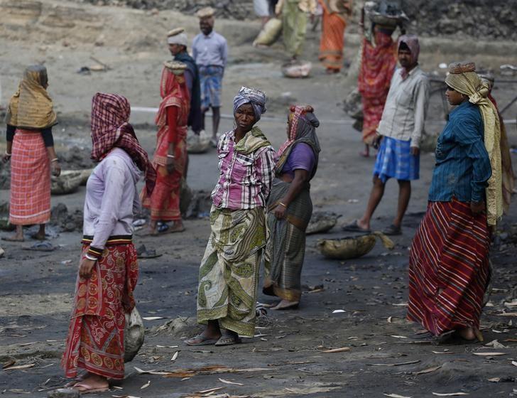 Village women work at a dry pond under the Mahatma Gandhi National Rural Employment Guarantee Act (MNREGA) in Vastara village on the outskirts of Kolkata February 11, 2014. REUTERS/Ahmad Masood/Files