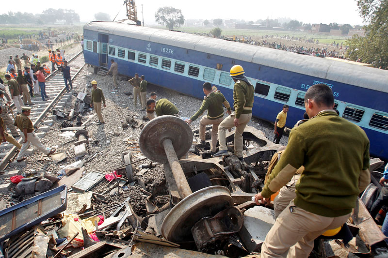 Rescue workers search for survivors at the site of a train derailment in Pukhrayan, south of Kanpur city, India November 20, 2016. Photo: Reuters