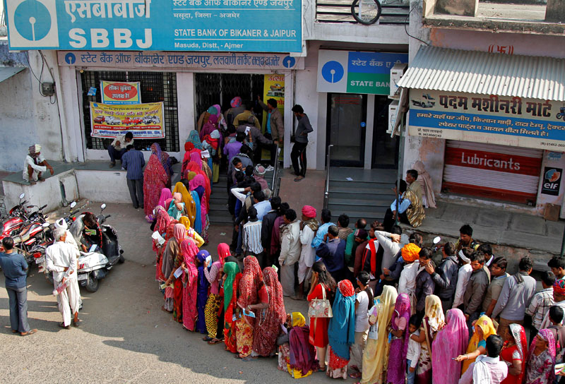 People queue outside a bank to exchange and deposit their old high denomination banknotes in Masuda village in the desert Indian state of Rajasthan, India, on November 15, 2016. Photo: Reuters