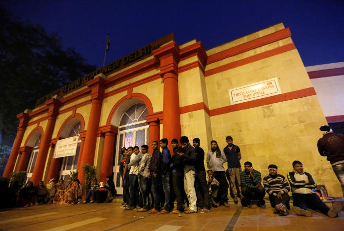 People queue as they wait for the post-office to open to exchange their old high denomination bank notes in the early hours, in New Delhi, India, November 16, 2016. Picture taken November 16, 2016. REUTERS/Adnan Abidi