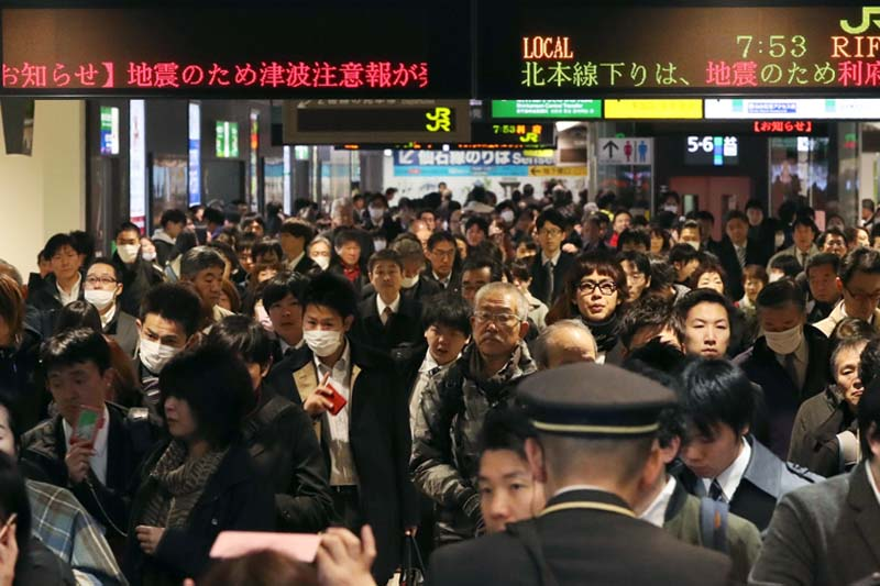 Passengers crowd after train services are suspended following an earthquake at Sendai Station in Sendai, Miyagi prefecture, northern Japan, on Tuesday, November 22, 2016. Photo: AP