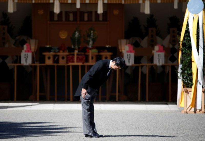 Japan's Prime Minister Shinzo Abe bows before praying at the altar during the funeral of late Prince Mikasa, uncle of the current Emperor Akihito, at the Toshimagaoka cemetery in Tokyo, Japan, November 4, 2016.Photo REUTERS
