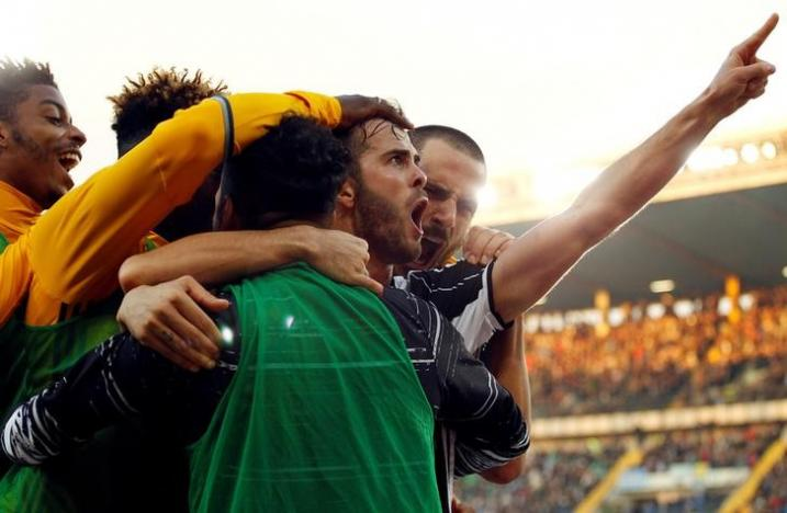 Football Soccer - Chievo Verona v Juventus - Italian Serie A - Bentegodi stadium, Verona, Italy - 6/11/16 - Juventus' teammates celebrate a goal by Miralem Pjanic (2nd R). REUTERS/Alessandro Garofalo