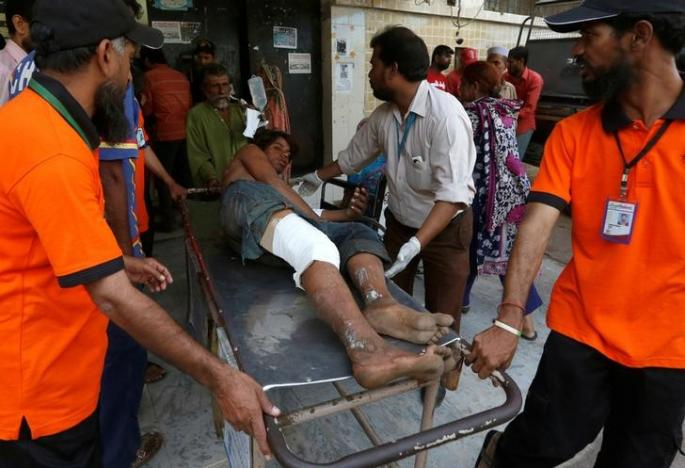 Rescue workers move a man who was injured after an explosion at the Gadani ship-breaking yard, at a hospital in Karachi, Pakistan, November 1, 2016. REUTERS/Akhtar Soomro