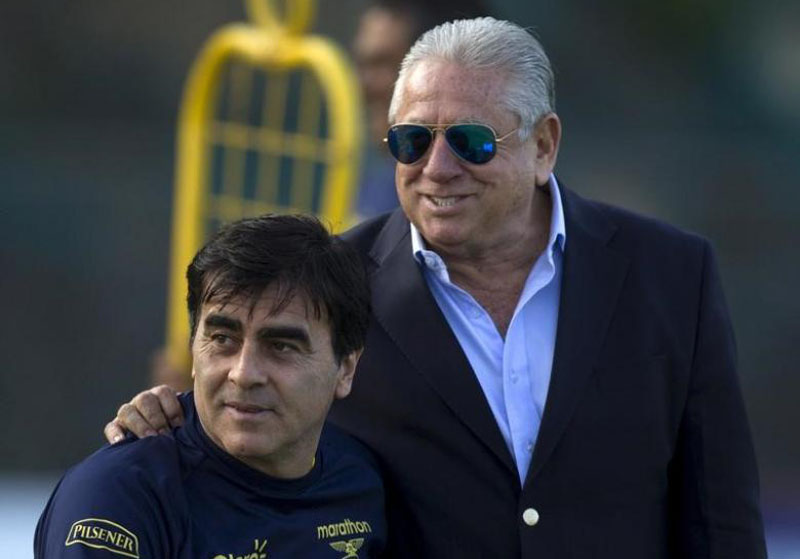 Ecuador's Soccer Federation President Luis Chiriboga (right) speaks with coach Gustavo Quinteros during a training session at Ecuador's national team headquarters in Quito, on November 10, 2015, ahead of their upcoming 2018 World Cup qualifying soccer match against Uruguay. Photo: Reuters