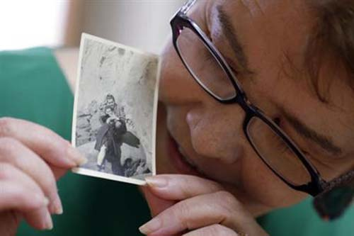 Marianne Wilson Kuroda holds a photo of her father James Vaughn and her mother Vivienne Wilson from late 1940's as she speaks during an interview at her home in Kashiwa, east of Tokyo, Japan, in September 9, 2016. Photo: AP
