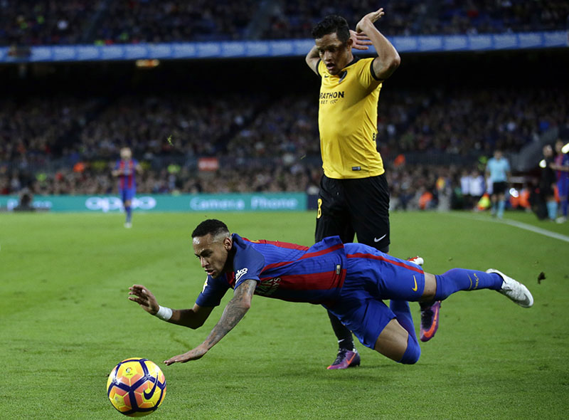 FC Barcelona's Neymar, left, duels for the ball with Malaga's Roberto Rosales during the Spanish La Liga soccer match between FC Barcelona and Malaga at the Camp Nou in Barcelona, Spain, on Saturday, November 19, 2016. Photo: AP
