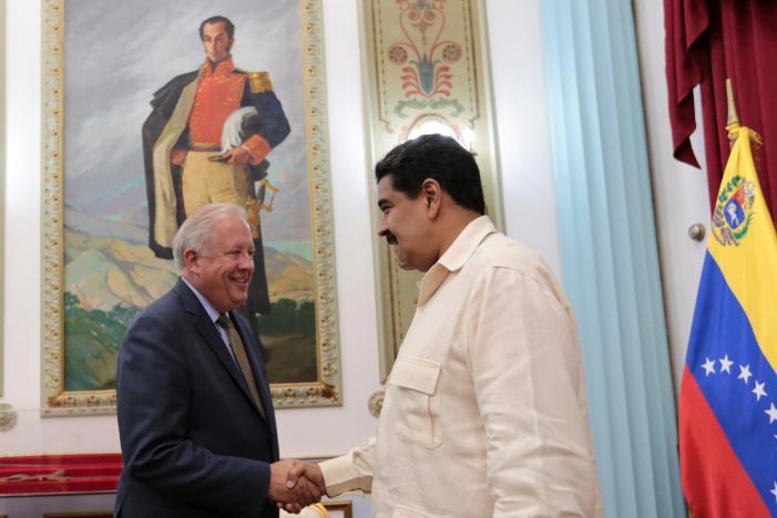 Venezuela's President Nicolas Maduro (R) shakes hands with U.S. diplomat Thomas Shannon in Caracas, Venezuela October 31, 2016. Miraflores Palace/Handout via REUTERS
