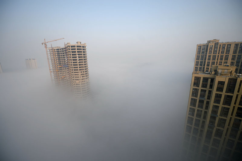 Heavy smog surrounds a construction site in Jinan, Shandong province, China, November 13, 2016.Photo: REUTERS
