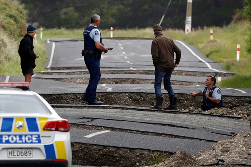 Policemen and locals look at damage following an earthquake, along State Highway One near the town of Ward, south of Blenheim on New Zealand's South Island, on Monday, November 14, 2016. Photo: Reuters