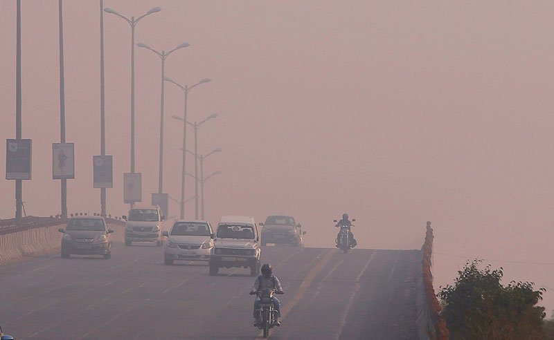 Commuters make their way amidst smog on a flyover in New Delhi, India, November 1, 2016. Photo: REUTERS