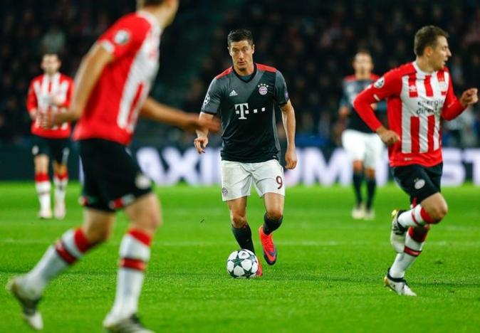 Football Soccer - PSV Eindhoven v Bayern Munich - Champions League Group Stage - Group D - PSV Stadium, Eindhoven, Netherlands - 01/11/16. Bayern Munich's Robert Lewandowski in action.    REUTERS/Michael Kooren