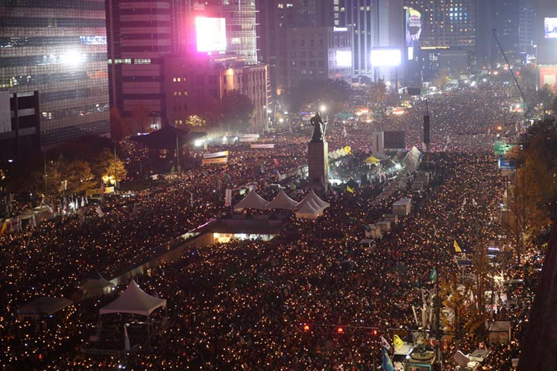 Protesters hold candles during an anti-government rally, aimed at forcing South Korean President Park Geun-Hye to resign over a corruption scandal, in central Seoul, on November 19, 2016. Photo: Reuters