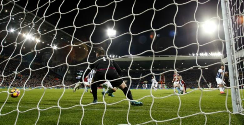 Britain Football Soccer - West Bromwich Albion v Burnley - Premier League - The Hawthorns - 21/11/16 West Bromwich Albion's Salomon Rondon scores their fourth goal  Action Images via Reuters / Andrew Boyers Livepic
