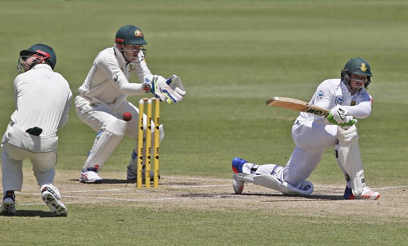 South Africa's Quinton de Kock, right, plays a shot on the fourth day of play during their cricket test match against Australia in Perth, Australia, Sunday, Nov. 6, 2016. Photo: AP