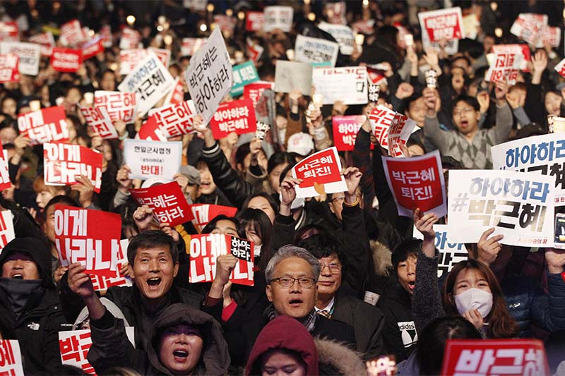 South Korean protesters shout slogans during a rally calling for South Korean President Park Geun-hye to step down in downtown Seoul, South Korea, on Saturday, November 5, 2016. Photo: AP